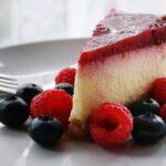 fetta di torta cheesecacake con frutti di bosco